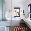 Baño con tina exenta y ventana grande