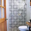 Baño con azulejos en pared y piso