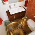 baño con suelo de vidrio