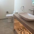 baño de visitas con piedra de onix