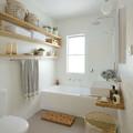 Baño low cost con cestos para almacenaje