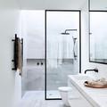 Baño moderno con regadera y cancel