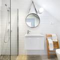 Baño blanco con buena iluminación