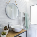 Baño pequeño con azulejos, luz de LED y toallero eléctrico