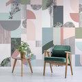 Sala con papel tapiz de colores en la pared
