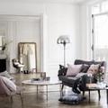 Sala con elementos decorativos de diseño y piso de madera