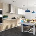 Cocina con macetas, lámparas y sillas de colores