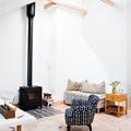 salón con chimenea y alfombra