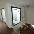 Interior casa pasiva con ventanas