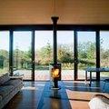 Interior casa prefabricada con chimenea