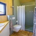 Baño con paredes y piso de madera