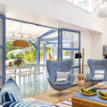 Terraza con puertas de vidrio y marcos de color azul