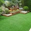 Jardín con pasto sintético y plantas