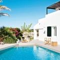 Casa con fachada blanca y alberca