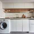 Cocina pequeña blanca con madera