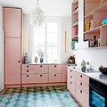 Cocina con alacenas pintadas de rosa