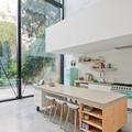 cocina abierta con ventanas grandes