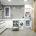 Cocina con muebles modernos color blanco y revestimiento gris