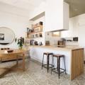 Cocina abierta a la sala con tablaroca y madera