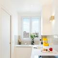 Cocina blanca con azulejos en la pared