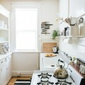 cocina blanca con alfombra