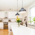Cocina blanca con lámparas
