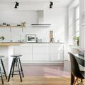 Cocina con repisas y muebles sin jaladeras