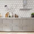 Cocina con pared de azulejos y piso de mármol