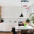 Cocina blanca con estantería de madera