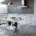 Cocina con office y piso de azulejos