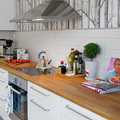 Cocina con papel tapiz en la pared