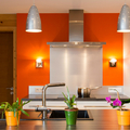 Cocina decorada con pared naranja