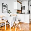 Cocina estilo nórdico con piso de madera