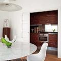 Cocina oculta blanca y madera