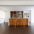 Cocina oculta blanco y madera