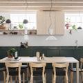 Cocina con mobiliario verde y decorada con plantas