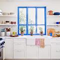 Ventana con marcos pintados de azul