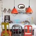 Comedor ecléctico con muebles reciclados