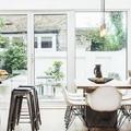 Comedor con pared de ladrillo y mobiliario moderno