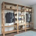 Clóset de madera con barras y repisas