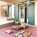 Terraza estilo bohemio con alfombra