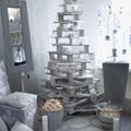 árbol de navidad blanco hecho con palés amontonados
