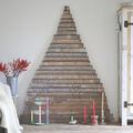 árbol de navidad con palés y escrito con tinta blanca