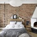 dormitorio con pared ladrillo