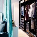 Clóset separado del cuarto con cortina