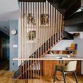 Escalera con tablones de madera verticales