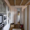 Recibidor con luz natural, piso de madera y tapete