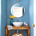 baño azul con espejo