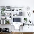 Área de trabajo organizada con estantería