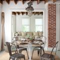 Comedor con vigas de madera en el techo